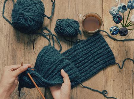 Apprendre à tricoter les côtes anglaises en ligne   Skilleos   Skilleos