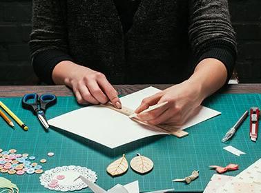 Kirigami: les Fondamentaux - Apprendre les techniques de Kirigami pour créer ses propres cartes en volume |