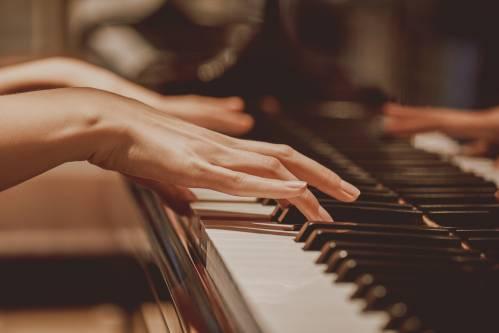 Piano : Travailler son oreille - Devenir un meilleur pianiste en travaillant son oreille en ligne  